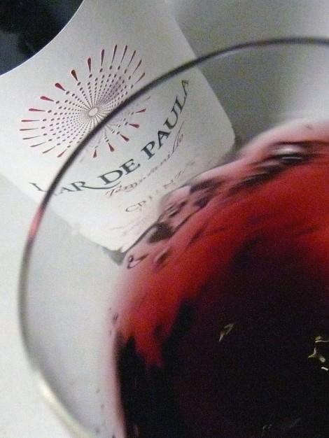 Moviendo el vino Lar de Paula Crianza por la copa.