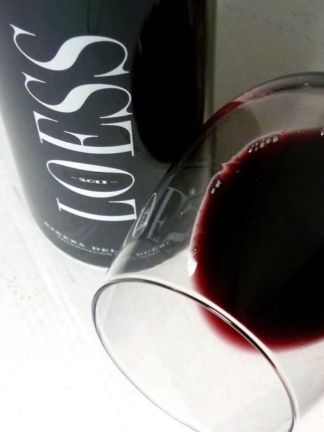 El vino Loess Ribera del Duero en la copa.