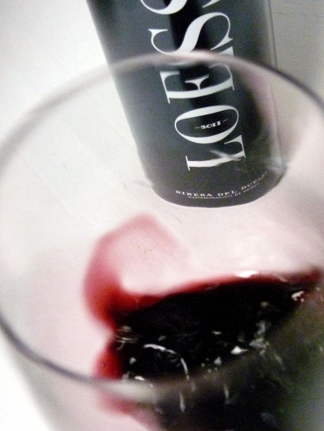 Tonos de color del vino Loess Ribera del Duero al ser oxigenado en la copa.