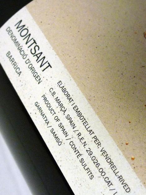 Detalle del etiquetado del vino Serè.
