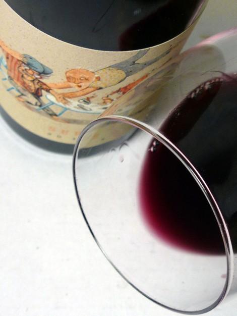 Detlle del vino Serè en la copa.