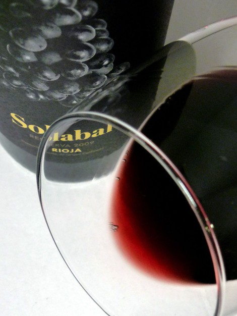 El vino Solabal Reserva en la copa.