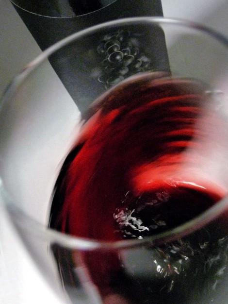 Tonalidades de color del vino Solabal Reserva al moverse en la copa.