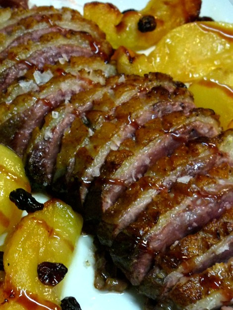 Magret de pato con manzana guisada y uvas pasas.