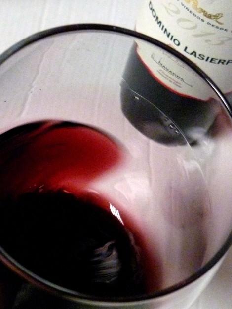 """""""Moviendo"""" el vino Dominio Lasierpe Crianza en la copa."""