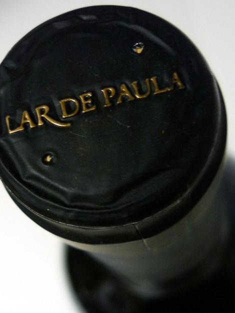 Detalle de la cápsula del vino Lar de Paula Reserva 2009.