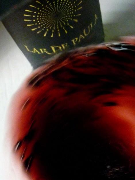 """Tonos de color del vino Lar de Paula Reserva en la copa al """"oxigenarlo""""."""