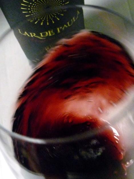 Oxigenando el vino Lar de Paula Reserva al moverlo en la copa.