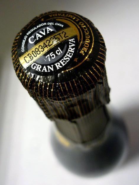 Detalle de la cápsula del vino Duran Gran Reserva Brut con el sello de la D.O. Cava.