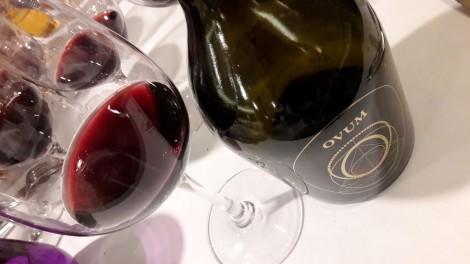 El vino Ovum en la copa.