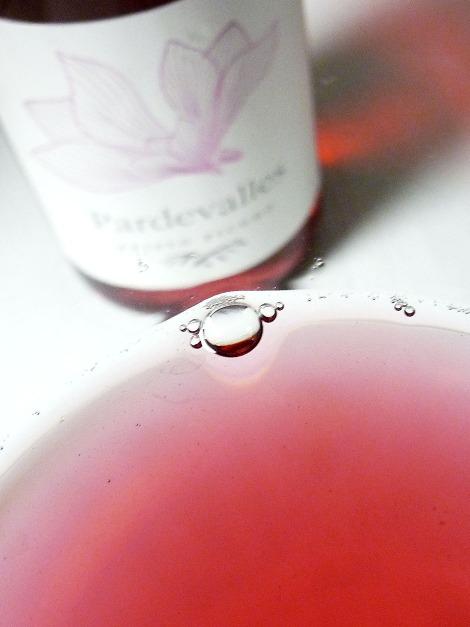 Detalle del color del vino Pardevalles Rosado en la copa.