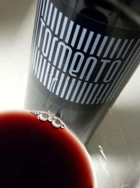 Detalle del color del vino Tormento en la copa.