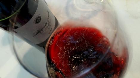 Tonos de color del vino Beramendi Cepas Viejas en la copa.