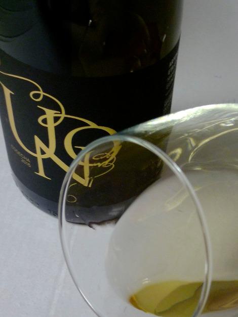 Detalle del vino Txakoli Uno en la copa.