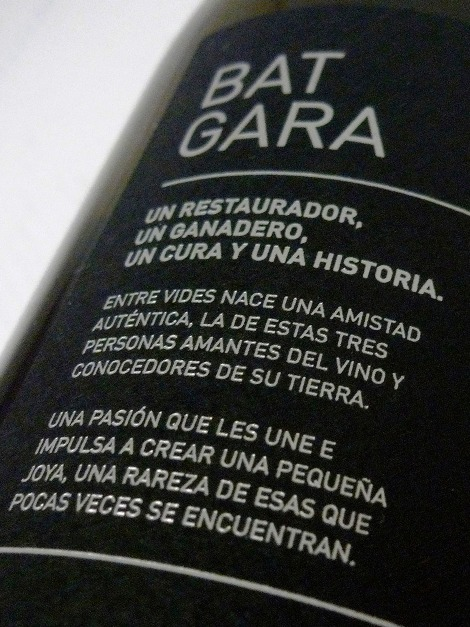 Detalle del etiquetado del vino Txakoli Uno contándonos la historia de la bodega.