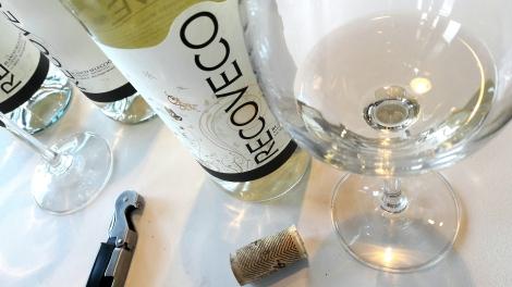 El vino Recoveco Blanco Selección en la copa.