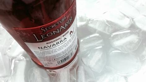 Contra etiqueta del vino rosado Secretum Leonardi en la cubitera.