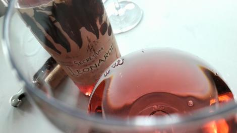 Secretum Leonardi Rosado descansando en la copa.