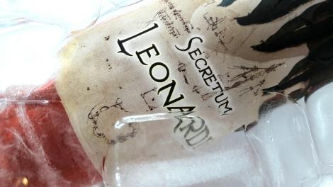 Etiquetado del vino Secretum Leonardi Rosado bajo el hielo.