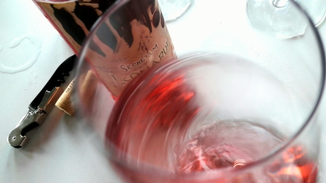 Tonos de color del vino Secretum Leonardi Rosado al oxigenarlo en la copa.