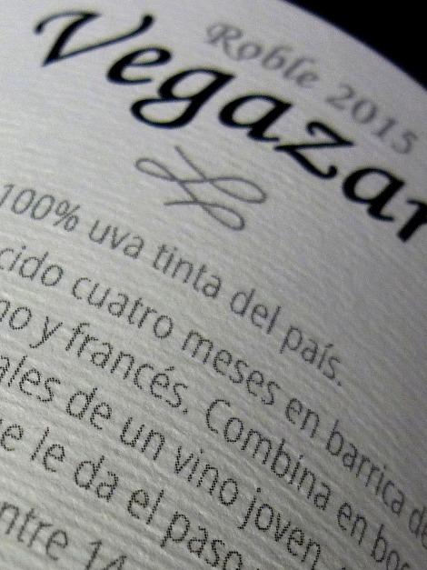 vegazar_roble_detalle_contra_etiqueta_botella