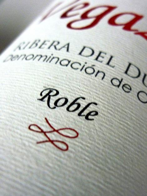 Detalle del etiquetado del vino Vegazar Roble.