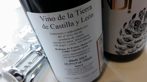 Detalle de la contra etiqueta del vino Dindi Garnacha.