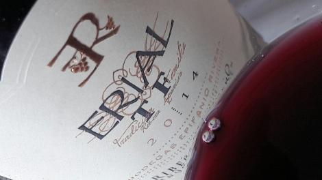 Detalle del vino Erial Tradición Familiar en la copa.