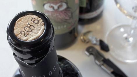 Detalle de la cápsula del vino Miloca Carinyena.