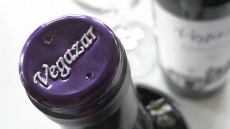 Detalle de la cápsula del vino Vegazar Tinto.