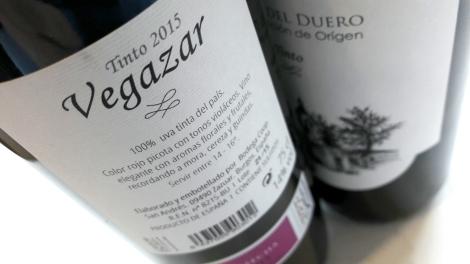 Contra etiqueta del vino Vegazar Tinto.