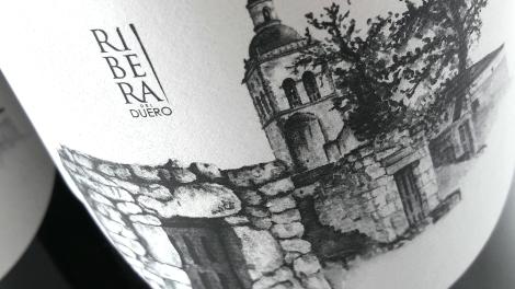 Detalle del etiquetado del vino Vegazar Tinto.