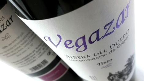 Etiquetado del vino Vegazar Tinto.
