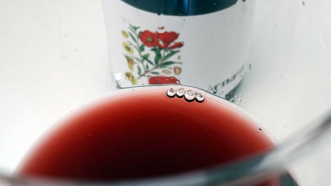 Detalle del vino Garnata en la copa.