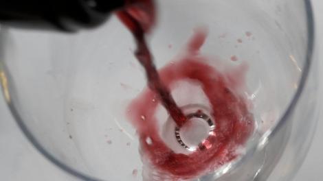 loess_inspiration_sirviendo_el_vino
