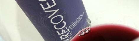 Detalle del vino en la copa mostrando levemente su lágrima.