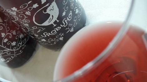 Detalle del color del vino Urobuho en la copa.