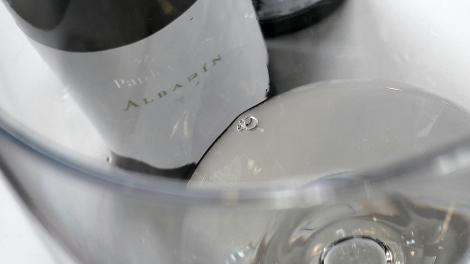 Detalle del vino Pardevalles Albarín en la copa.