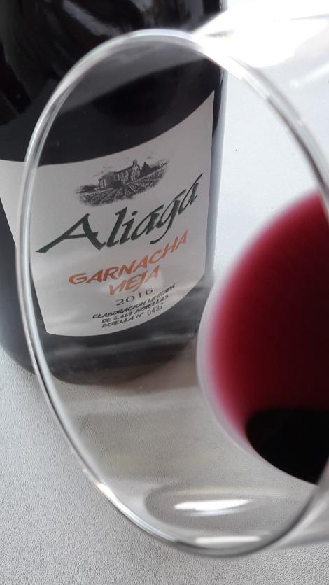 Detalle del ribete del vino Aliaga Garnacha Vieja.