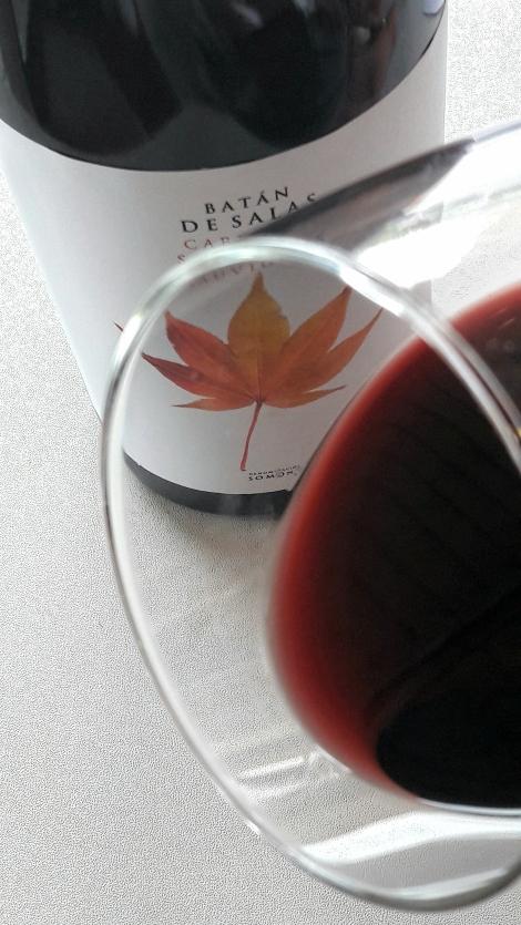 El ribete del vino Batán de Salas Cabernet Sauvignon.