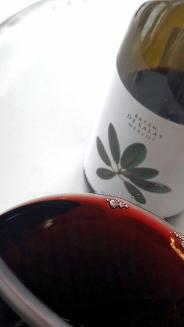 Detalle del color del vino Batán de Salas Merlot.