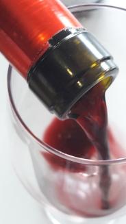 Sirviendo el vino Batán de Salas Syrah.