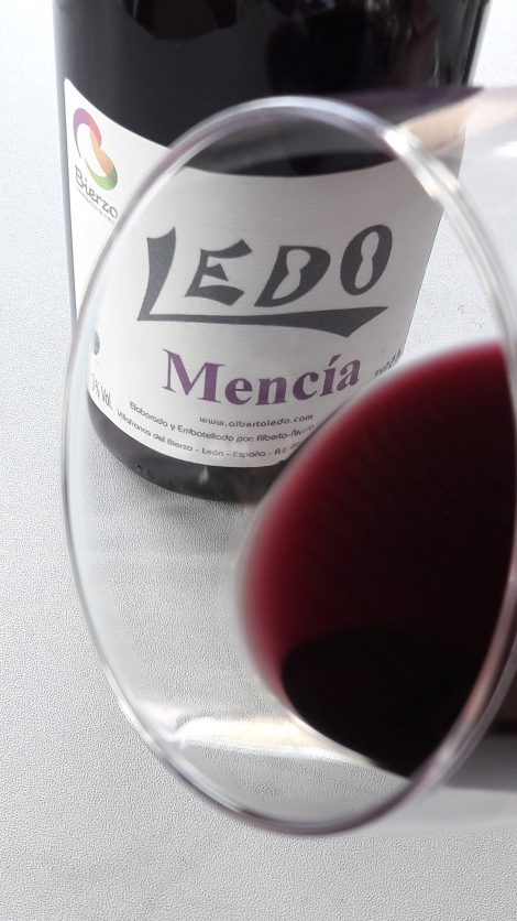 Detalle del ribete del vino Ledo Mencía en la copa.