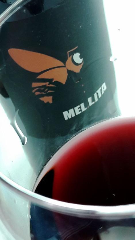 Detalle del color del vino Mel Lita Tinto 2015.