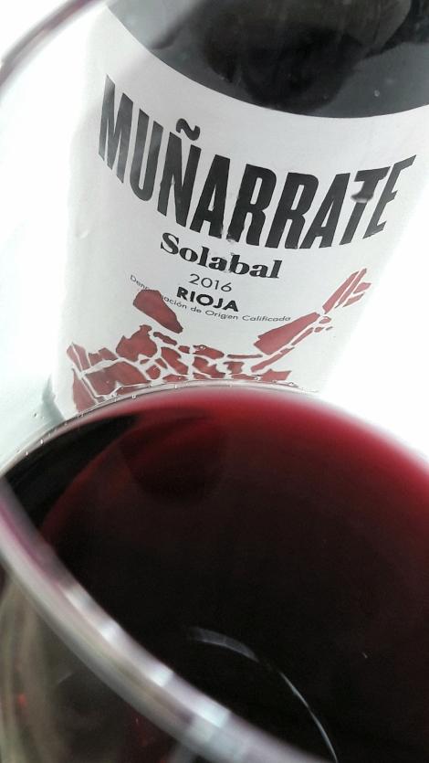 Detalle del color del vino Muñarrate Maceración Carbónica en la copa.