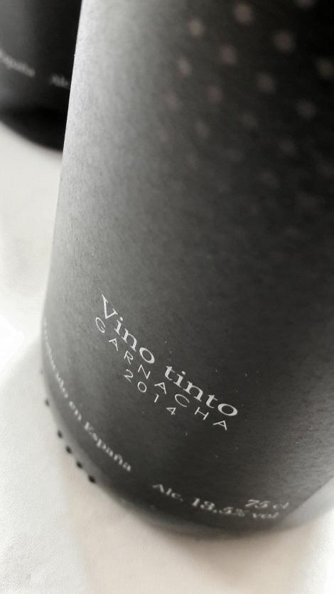Detalle del etiquetado del vino Viña L´Ampara Garnacha.