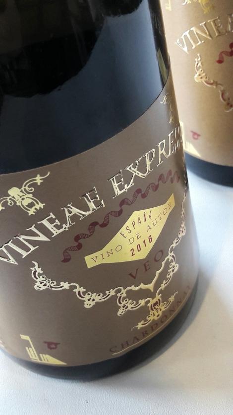 Etiquetado del vino Vineae Expressio Chardonnay.
