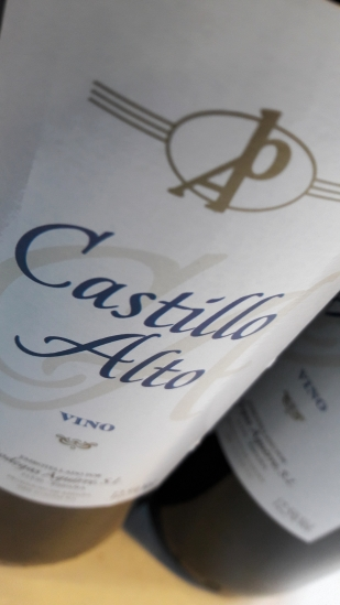 Etiquetado del vino Castillo Alto.