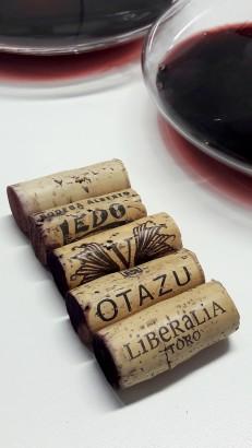 Los tapones de corcho de los 5 vinos.