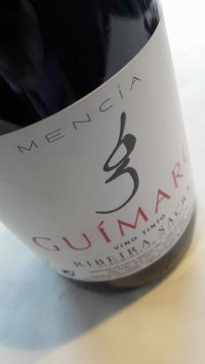 Detalle del etiquetado del vino Guímaro Tinto.
